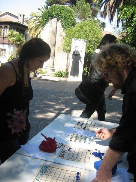 James C. Staig explicando un juego de tablero