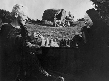 """El Caballero y la Muerte jugando ajedrez. Escena de """"El Séptimo Sello"""" de Ingmar Bergman"""