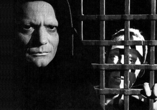"""La confesión de Antonius Block ante la Muerte disfrazada de monje. Escena de """"El Séptimo Sello"""" de Ingmar Bergman."""